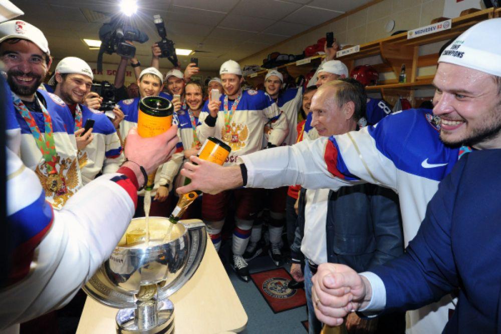 Президент России Владимир Путин поздравляет игроков сборной России с победой.