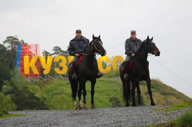 В бору можно встретить полицейского на коне.