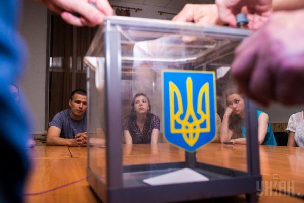 Урна для голосования с нанесенным на ней флагом Украины