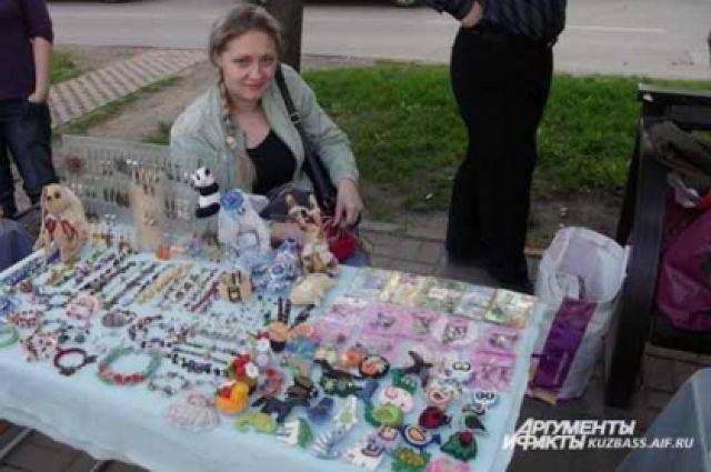 На выставке-ярмарке продаются предметы на любой вкус.