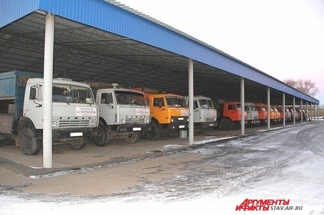 Грузовые автомобили на стоянке