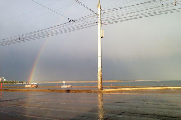 А так увидели природное явление на плотине ГЭС. Конец радуги уходит в микрорайон Солнечный.