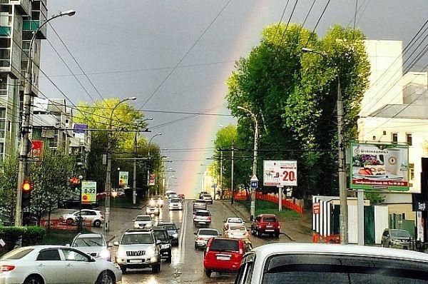 Автомобилисты успевали фотографировать радугу прямо из машин.