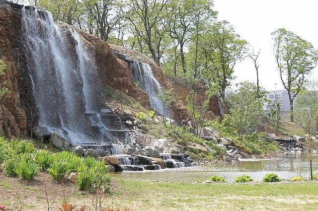 Водопады украшают набережную на Русском.