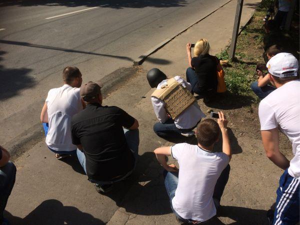 Несмотря на боевые действия, на улицах Донецка много зевак