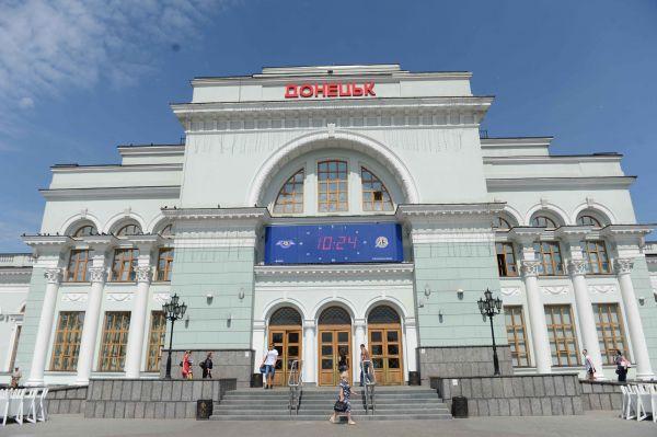 Полупустой железнодорожный вокзал в Донецке