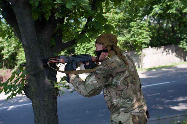 Боевик открывает огонь по украинским силовикам