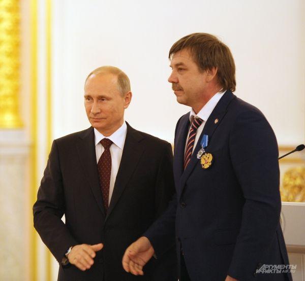 Владимир Путин и Главный тренер сборной России по хоккею Олег Знарок.