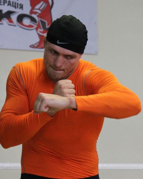 Боксер Александр Усик отрабатывает левый боковой