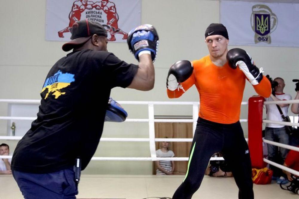 Боксер Александр Усик работает на лапах с тренером
