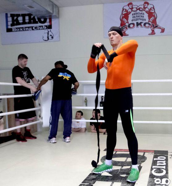 У боксера Александра Усика бинты длиннее трех метров