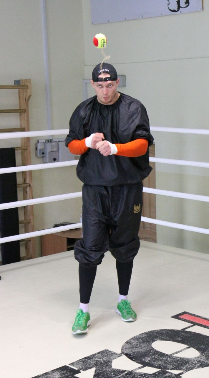 Боксер Александр Усик отрабатывает точность удара