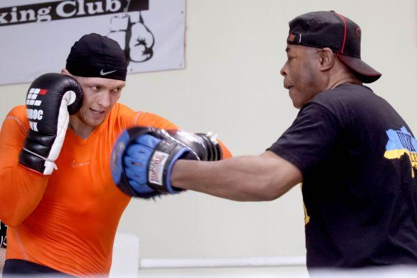 Боксер Александр Усик показывает боковой удар