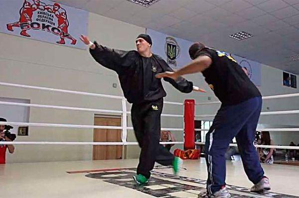 Танец боксера Александра Усика и его тренера Джеймса Али Башира