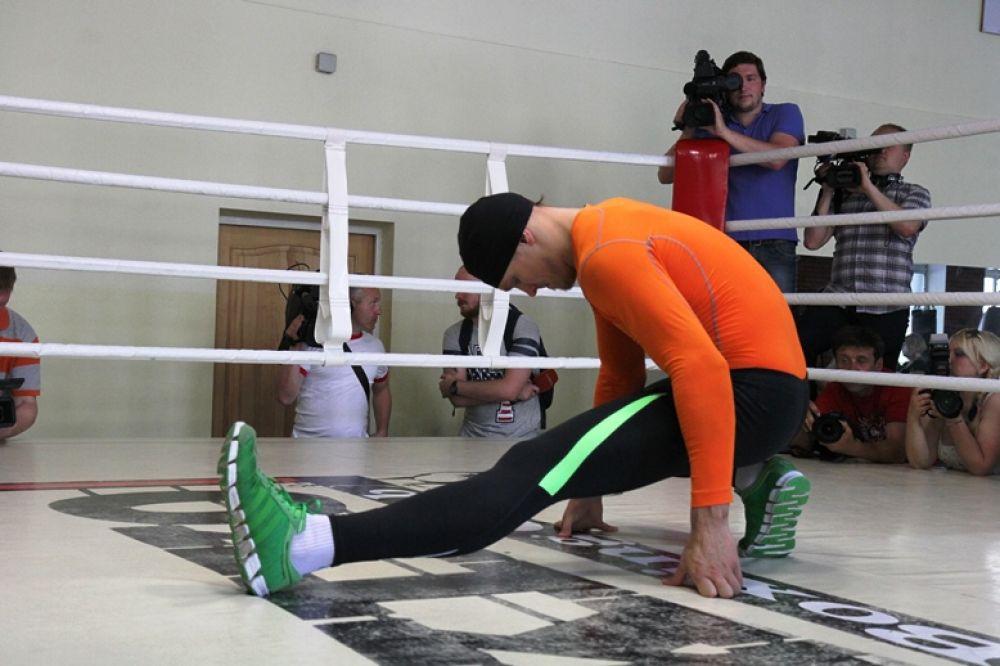 Боксер Александр Усик растягивается перед тренировкой