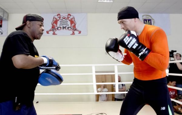Боксер Александр Усик примеряется для удара