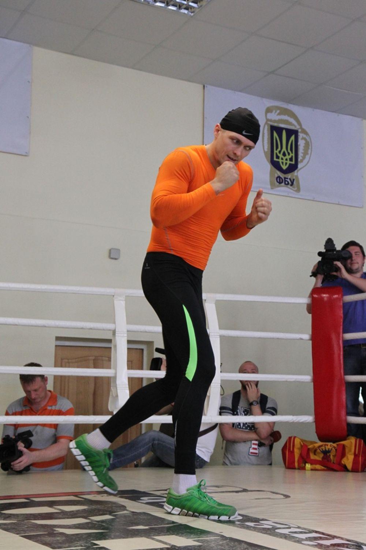 Боксер Александр Усик разминается на открытой тренировке