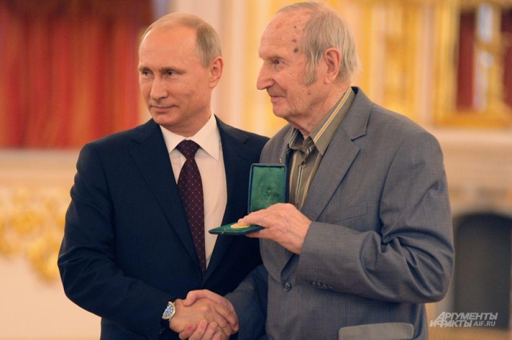 На церемони Владимир Путин вернул Виктору Шувалову медаль Олимпиады 1956 года, утраченную ветераном в тяжелые 90-е годы.