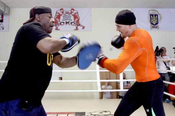 Боксер Александр Усик работает на лапах в Киеве