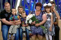 Руслан Волощук с любимой женщиной и приемными детьми