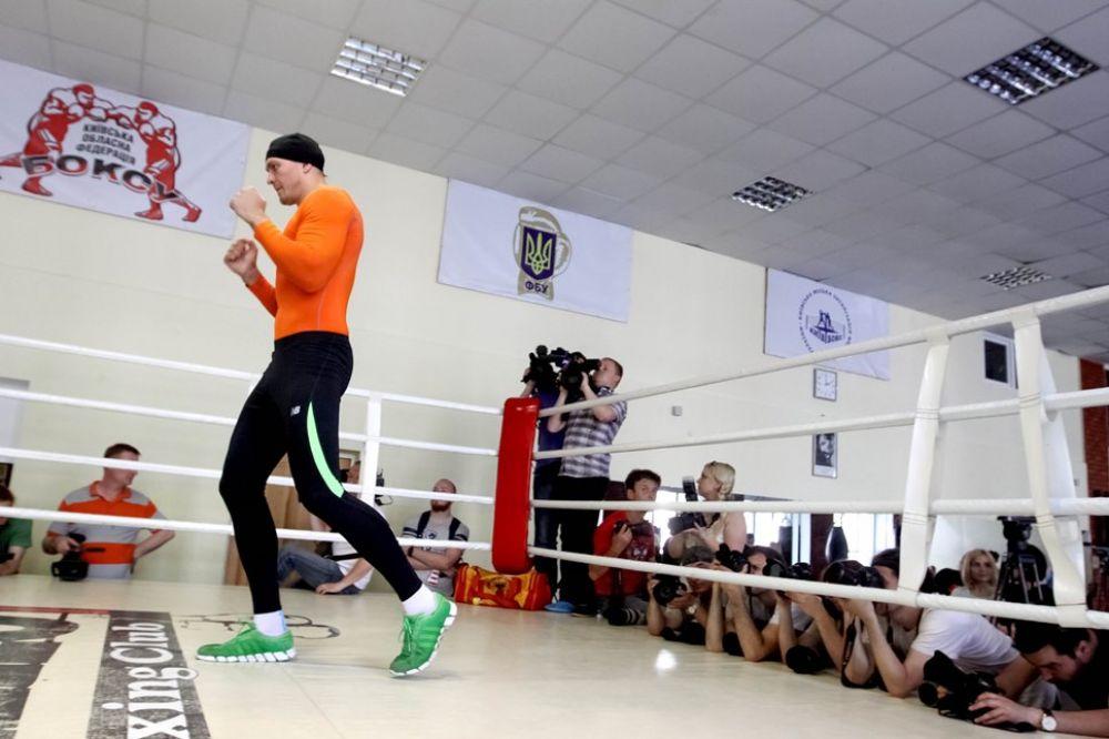 Боксер Александр Усик перемещается на ринге