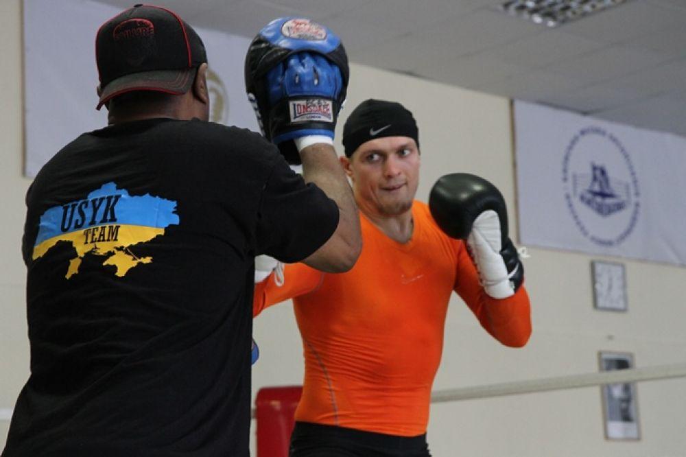 Боксер Александр Усик работает на лапах