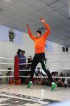 Боксер Александр Усик разминается перед ударной техникой