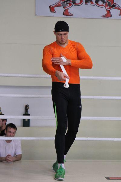 Боксер Александр Усик бинтует руки