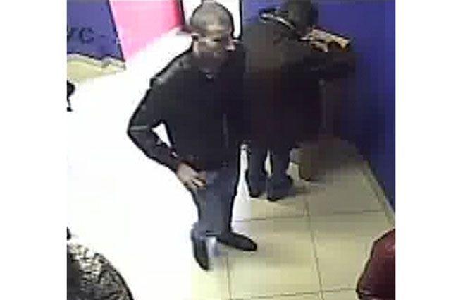 Полиция просит помочь в розыске подозреваемого в краже денег.