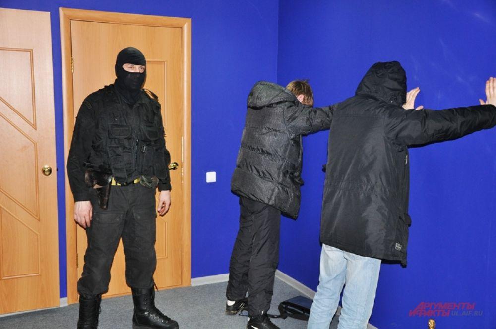 Посетители заведения предпочли не мешать действиям оперативников…