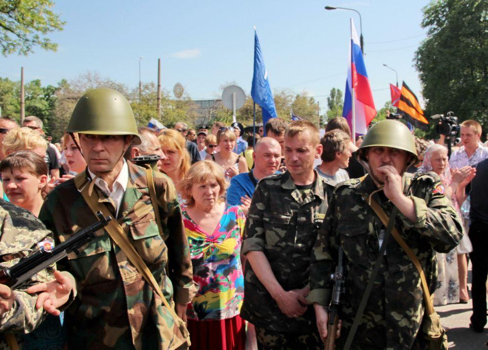Вместе с боевиками на митинг пришли местные жители