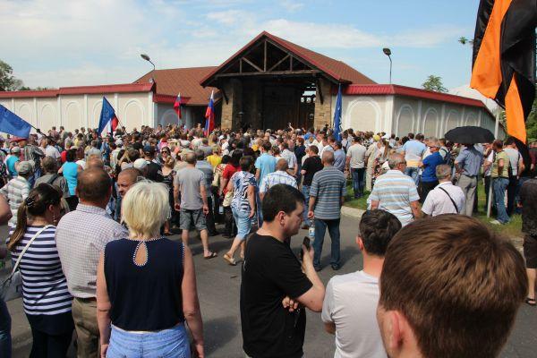Возле дома бизнесмена собрались около 100 человек