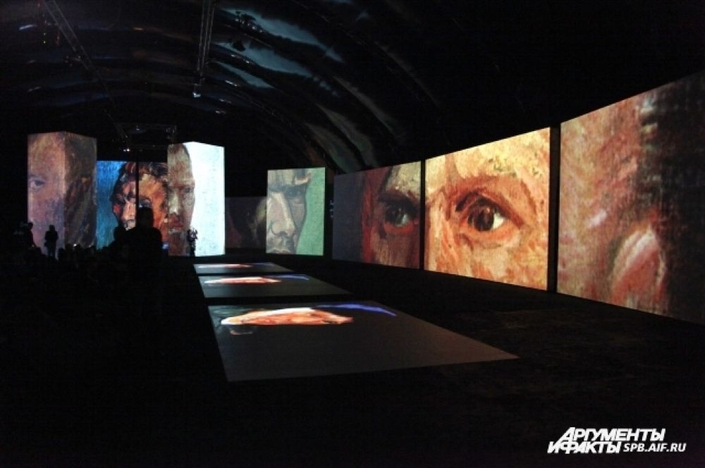 Творения Ван Гога проецируются на огромные экраны.