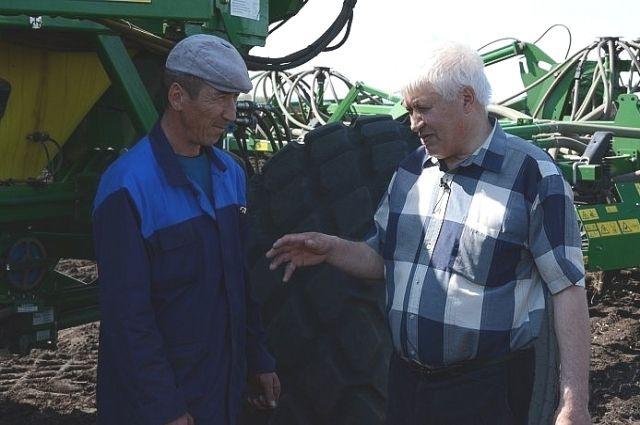 Генеральный директор совхоза Нургали Зарипов (справа) и механизатор Вениамин Абдрахманов обсуждают ход посевной.