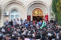 Сторонники оппозиции штурмуют здание администрации президента Абхазии Александра Анкваба в Сухуми.