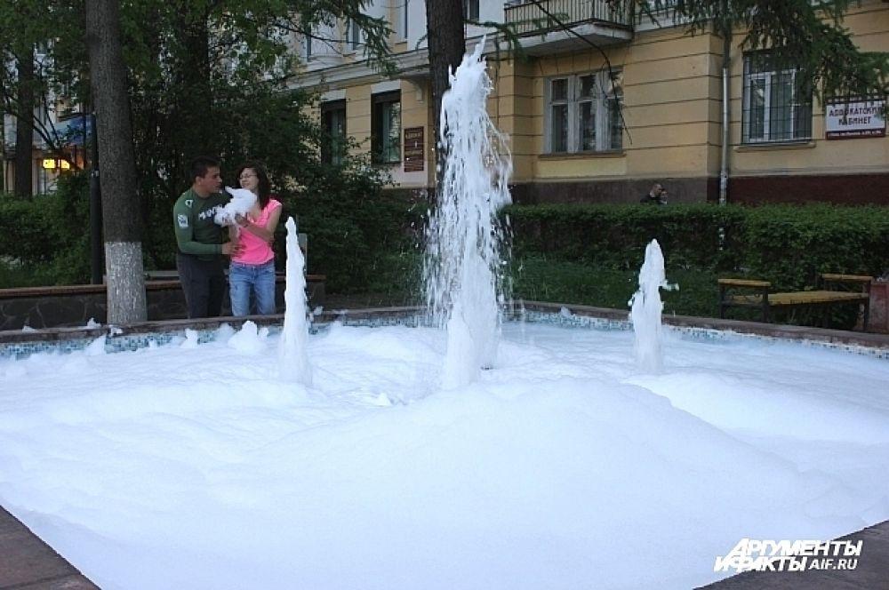 Пенный фонтан - результата чьей-то шалости