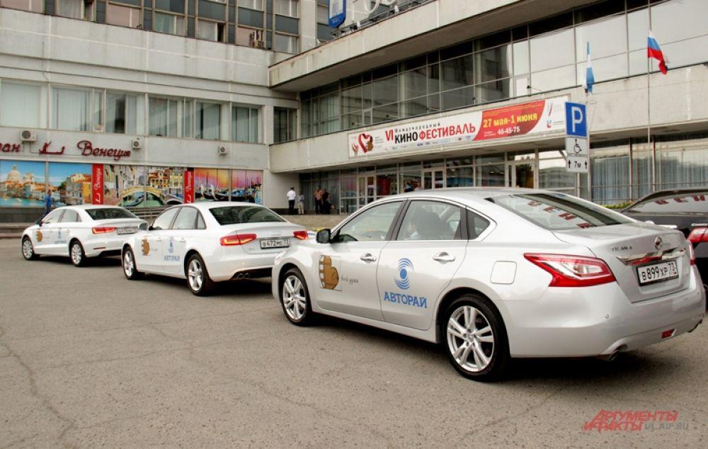 Авто для «звёзд» подали к гостинице «Венец», чтоб перевезти через трамвайную линию.