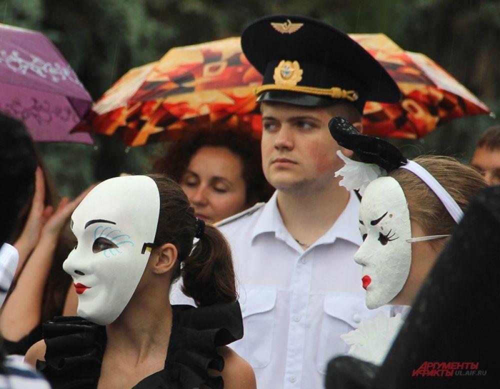 Кто под зонтом, кто в маске, а кому-то пришлось фуражкой обойтись.