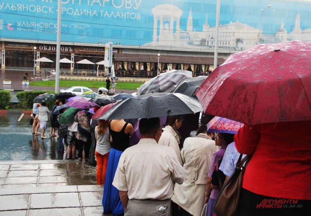 И как только граждане догадались прихватить зонты. С утра ничто не предвещало непогоду.
