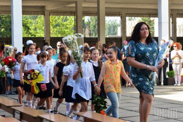 Ученики младших классов с первой учительницей
