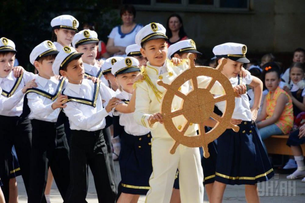 Юные «моряки» и «морячки» танцуют во главе с «капитаном»