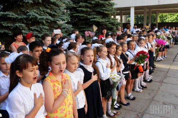 Дети поют национальный гимн на торжественной линейке