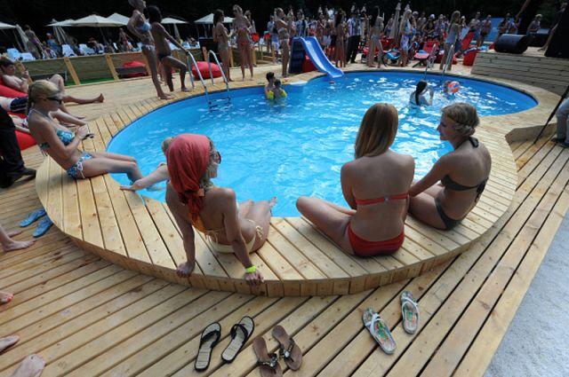 Посетители в новой зоне отдыха с двумя бассейнами пляжного комплекса «The БАSSЕЙН» в парке «Сокольники». 2012 год.