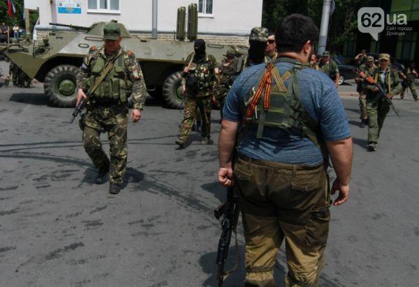 Бойцы батальона «Восток» подъехали к админзданию на БТРах
