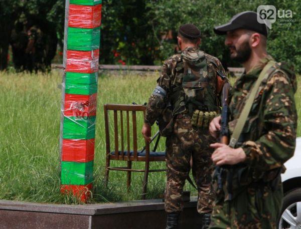 Вооруженные автоматами террористы у здания ОГА в Донецке