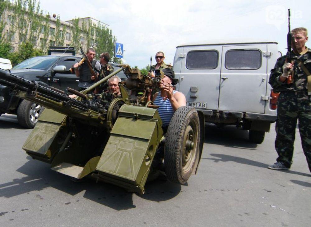 Военная техника сепаратистов у здания Донецкой облгосадминистрации