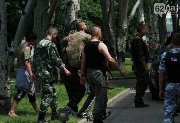 Террористы выносят раненых единомышленников из здания ОГА