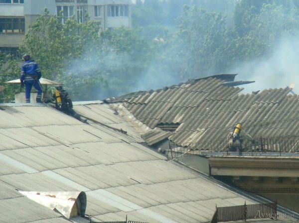 Пожарные тушат огонь на крыше института в Одессе