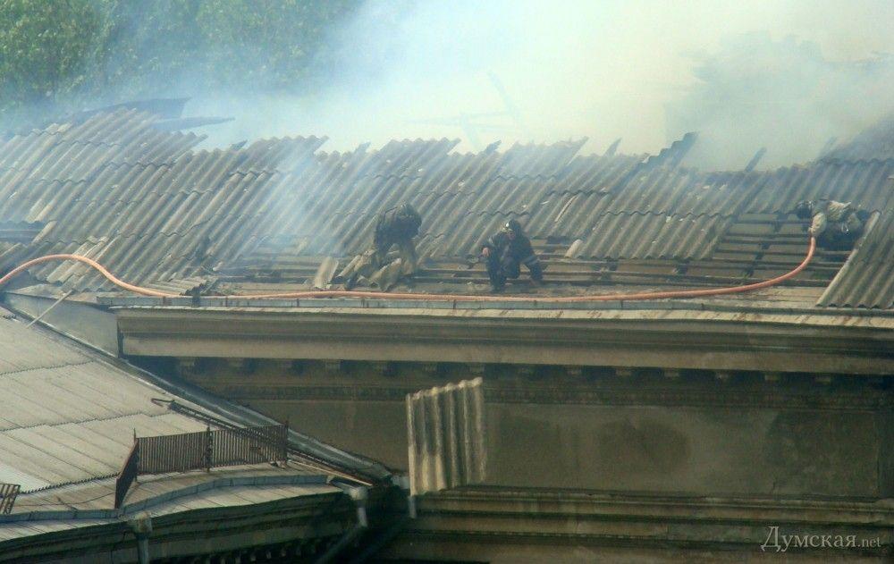 В здании бывшего Одесского института сухопутных войск горит крыша
