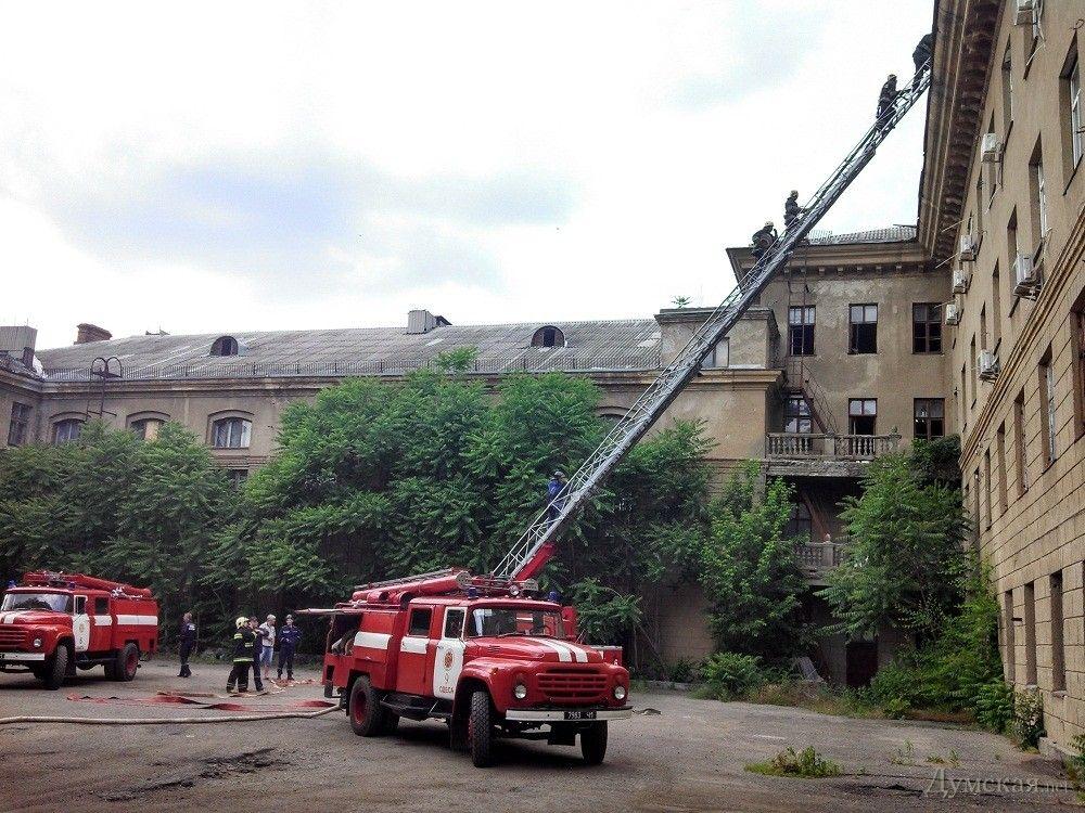 Пожарные тушат огонь в здании бывшего института сухопутных войск
